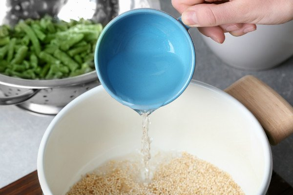 בישול קינואה - מרתיחים בסיר עם מים ומלח