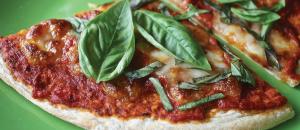 בצק לפיצה דקה / עבה • מתכון קל במיוחד