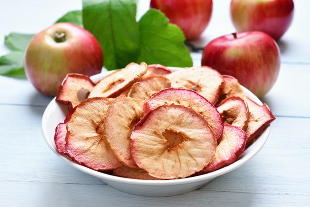 פרוסות תפוחי עץ אפויים בתנור
