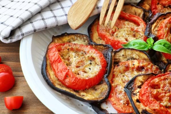 פרוסות חצילים בתנור עם עגבנייה