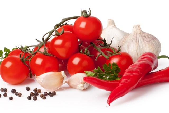 סלט עגבניות שרי חריף עם שום