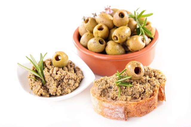 ממרח טפנד זיתים ירוקים לטעם חמצמץ ומלוח.