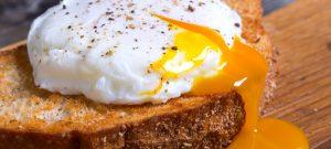 ביצה עלומה: מתכון + טריק לביצה עלומה מושלמת בכל פעם