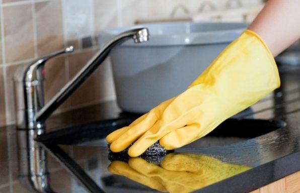איך לנקות את כיור המטבח ב-5 צעדים פשוטים