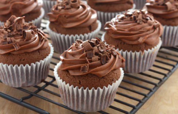 קאפקייקס שוקולד זריזים + מתכון לקצפת שוקולד להגשה