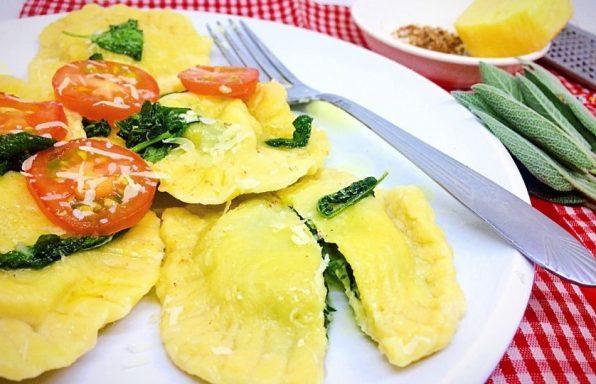 רביולי גבינות ותרד בחמאת מרווה