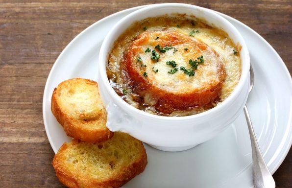 מרק בצל מקורמל בליווי באגט גבינה