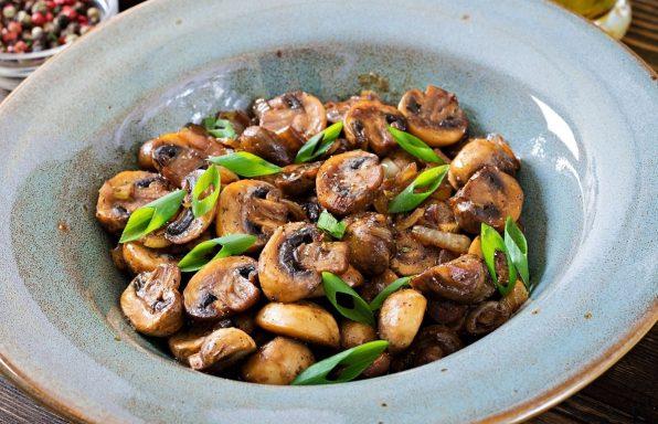 פטריות שמפיניון צלויות בתנור עם סויה ועשבי תיבול